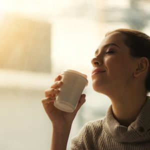 コーヒーを片手にくつろぐ女性