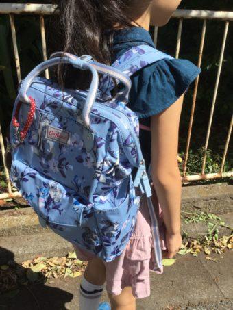 リュックサックを背負っている女の子の画像