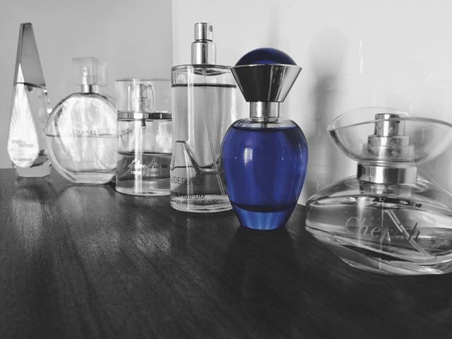 香水瓶が並んでいる画像