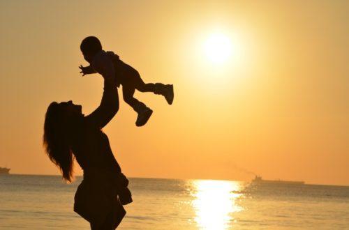 子どもを抱いている女性の画像