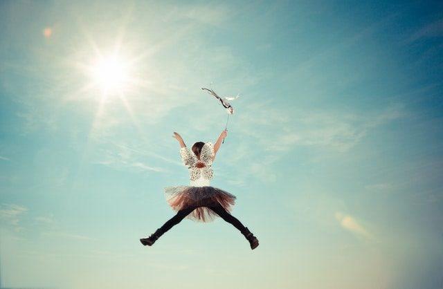 女の子が空に向かって飛び上がる画像