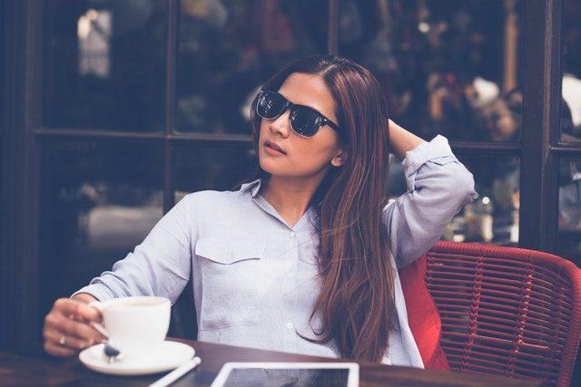カフェでくつろぐ女性の画像