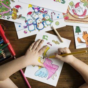 子どもがお絵かきしている画像