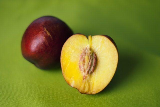 桃を二つに切った画像