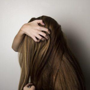 髪を抱える女性の画像