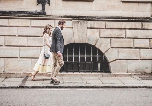 男女がデートしている画像