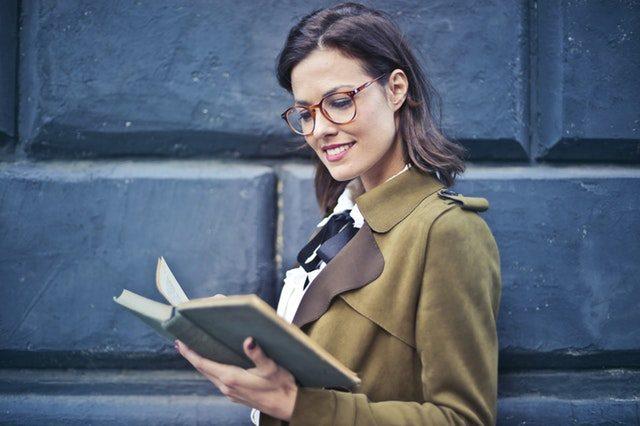 本を読んでいる女性の画像