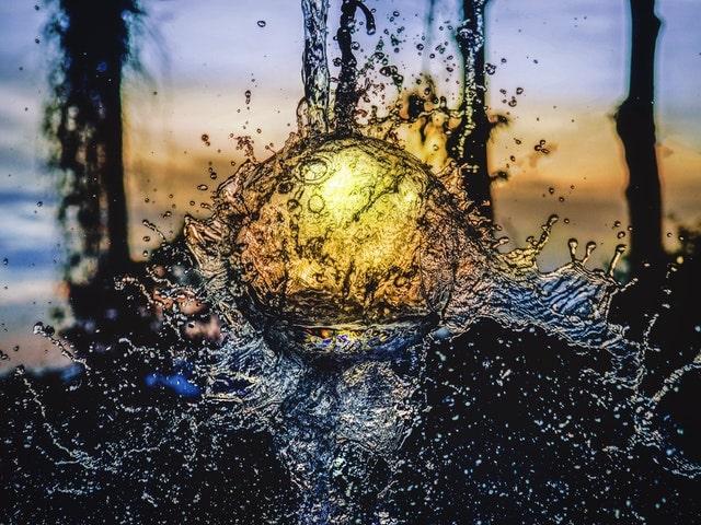 水と光のオブジェ画像