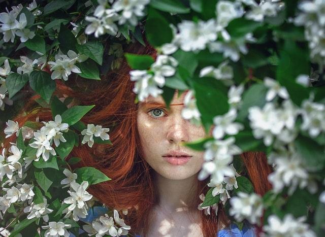 花に囲まれた女性の画像
