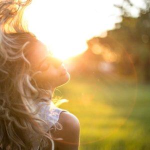髪を風になびかす女性