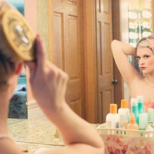鏡の前に座る女性の画像