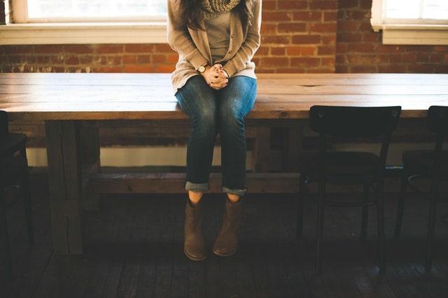 座っている女性の画像
