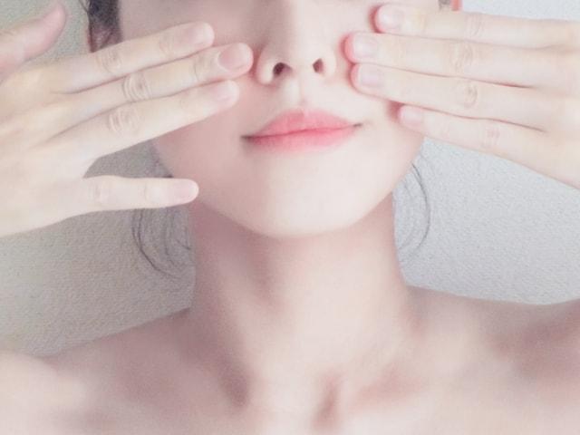 肌をさわる女性
