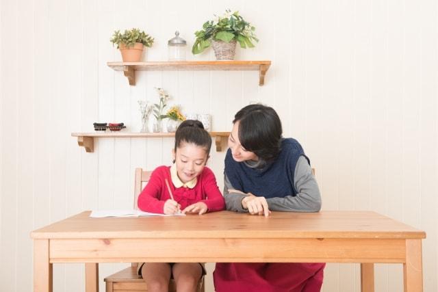 子供に勉強をおしえる母親