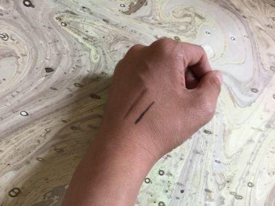 ラインを描いた手元