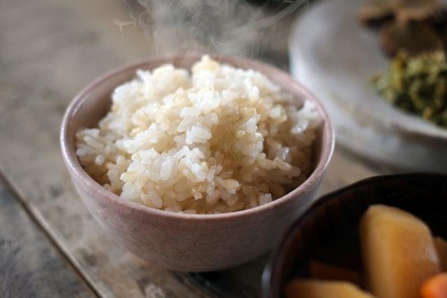 湯気の立つ玄米ごはん