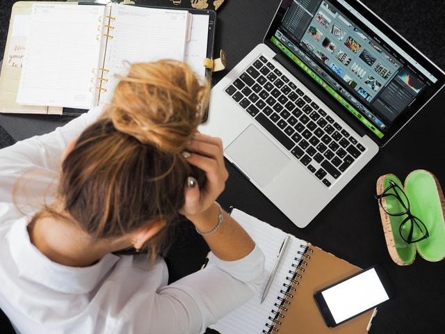 パソコン前に座る女性