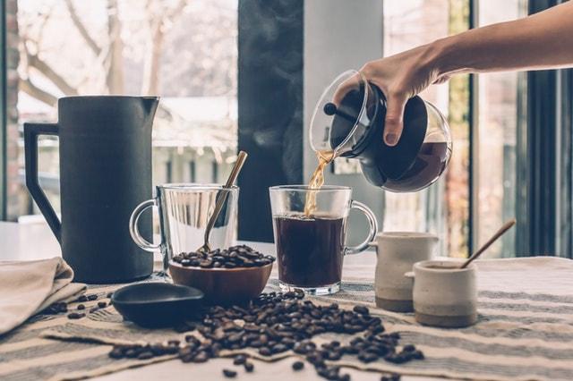 コーヒーを入れている画像