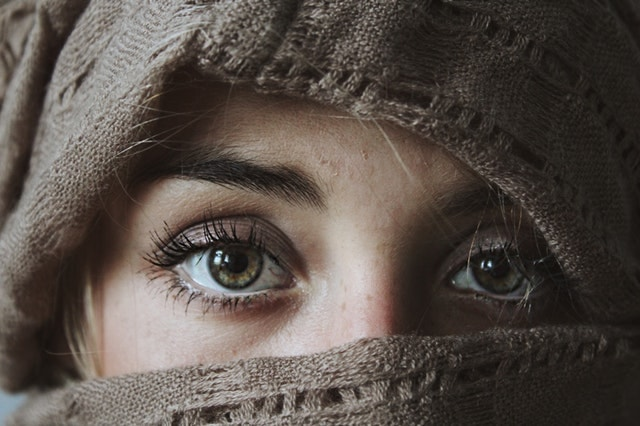 女性の目元