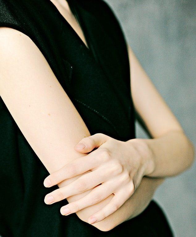 腕組む女性