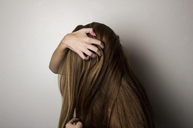 髪をおさえる女性