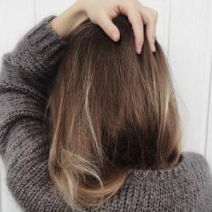 髪に手を当てる女性
