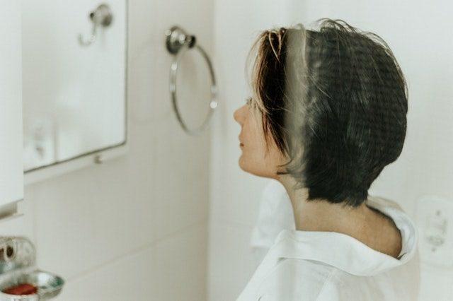 バスルームにいる女性
