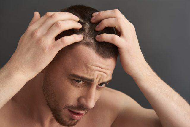 髪をさわる男性
