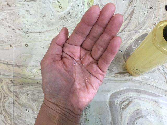 手の平にクレンズオイル