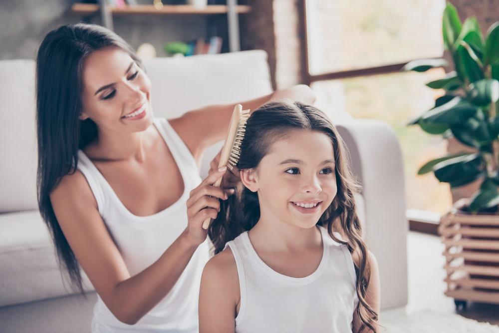 母が子どもの髪を直す